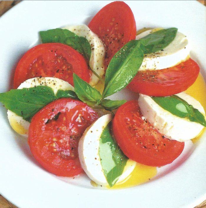 """итальянский салат""""Капрезе"""" с помидорами и соусом из оливкового масла"""