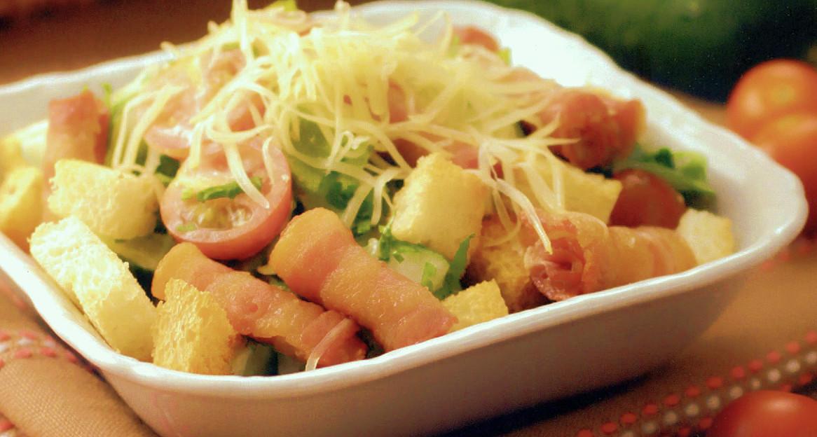 Как приготовить салат с жареным беконом — простой рецепт