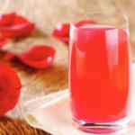 прохладительный напиток с лепестками роз
