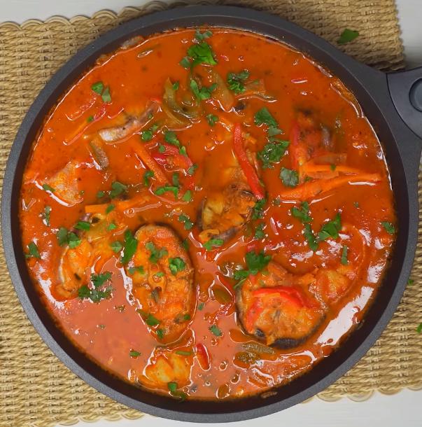 Скумбрия, тушеная в томатно-грибном соусе: рецепт