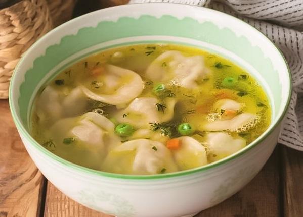 Суп с пельменями на говяжьем бульоне