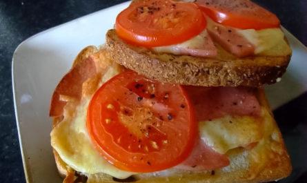 вкусные горячие бутерброды с яйцами, ветчиной и помидорами