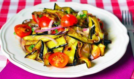 вкусный салат из запеченных баклажанов с помидорами и перцем