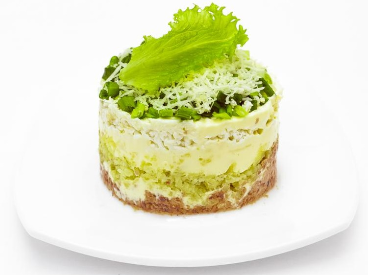 вкусный слоеный салат с печенью трески и картошкой