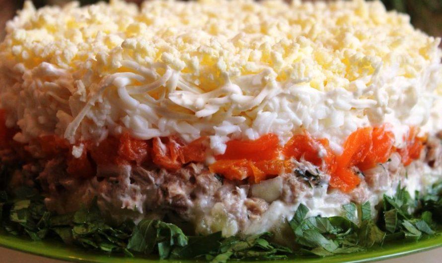 Слоеный салат из копченой говядины с фруктами