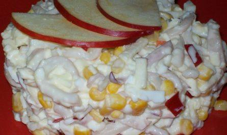свежий и вкусный салат из кальмаров с овощами и фруктами
