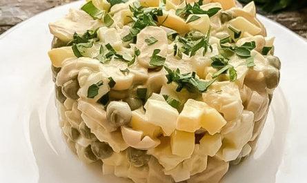 простой рецепт салат из шампиньонов с зеленым горошком и картофелем