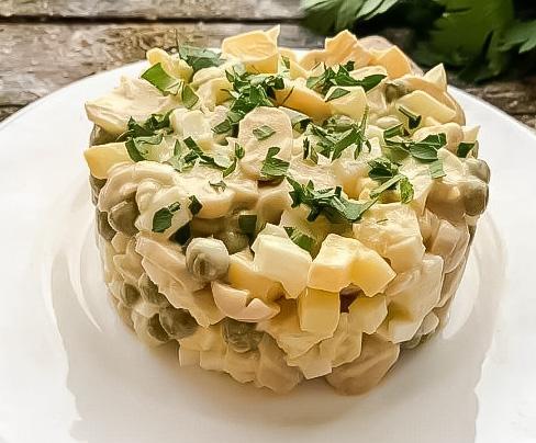 Простой салат из шампиньонов с зеленым горошком