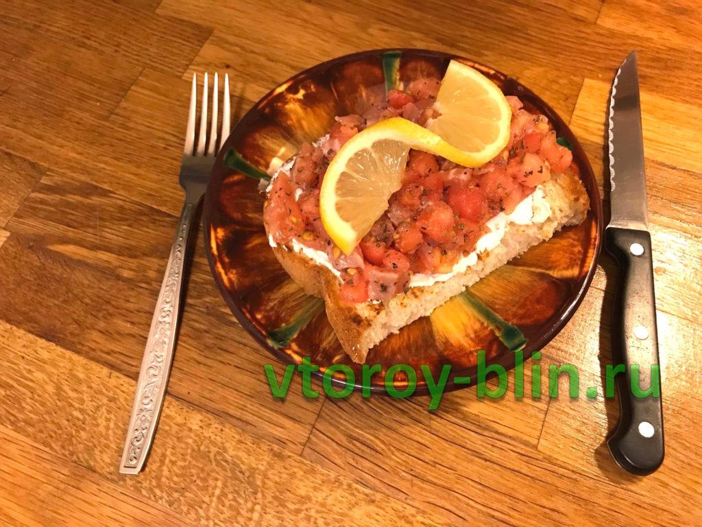 Брускетта с красной рыбой и творожным сыром