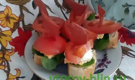 Быстрые бутерброды с помидорами и майонезно-сырным соусом
