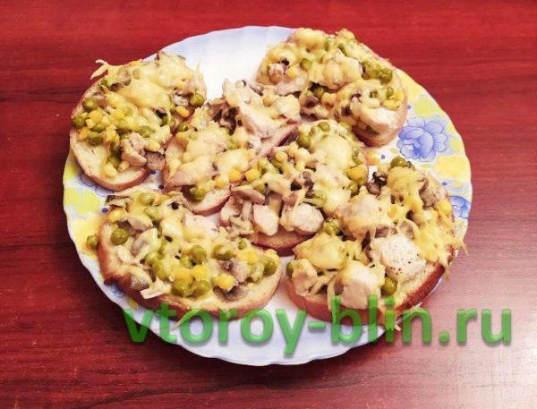Бутерброды с курицей и консервированными овощами