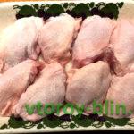 Курица в беконе с яблоками и сухофруктами