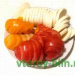 Итальянский салат «Капрезе» с помидорами и сыром моцарелла
